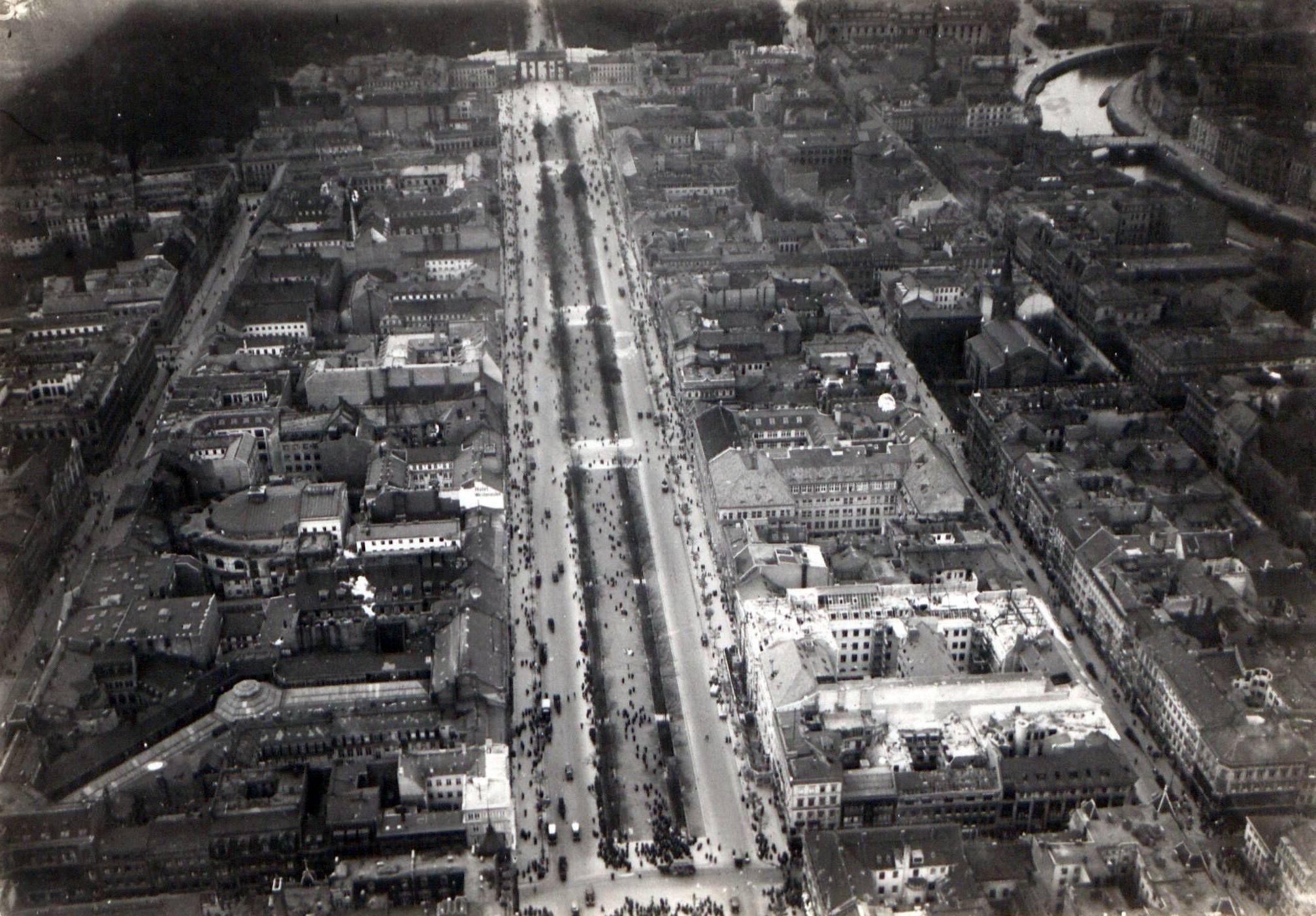 1913 Luftaufnahme Mitte Luftaufnahme Unter Den Linden Und Umgebung Bis Brandenburger Tor Aero Lloyd Luftbild Gmbh New York Skyline Aerial Photo