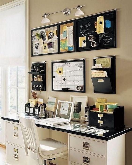 Ein Wohnheimzimmer mit organisiertem Arbeitsbereich, u a mit - körbe für badezimmer