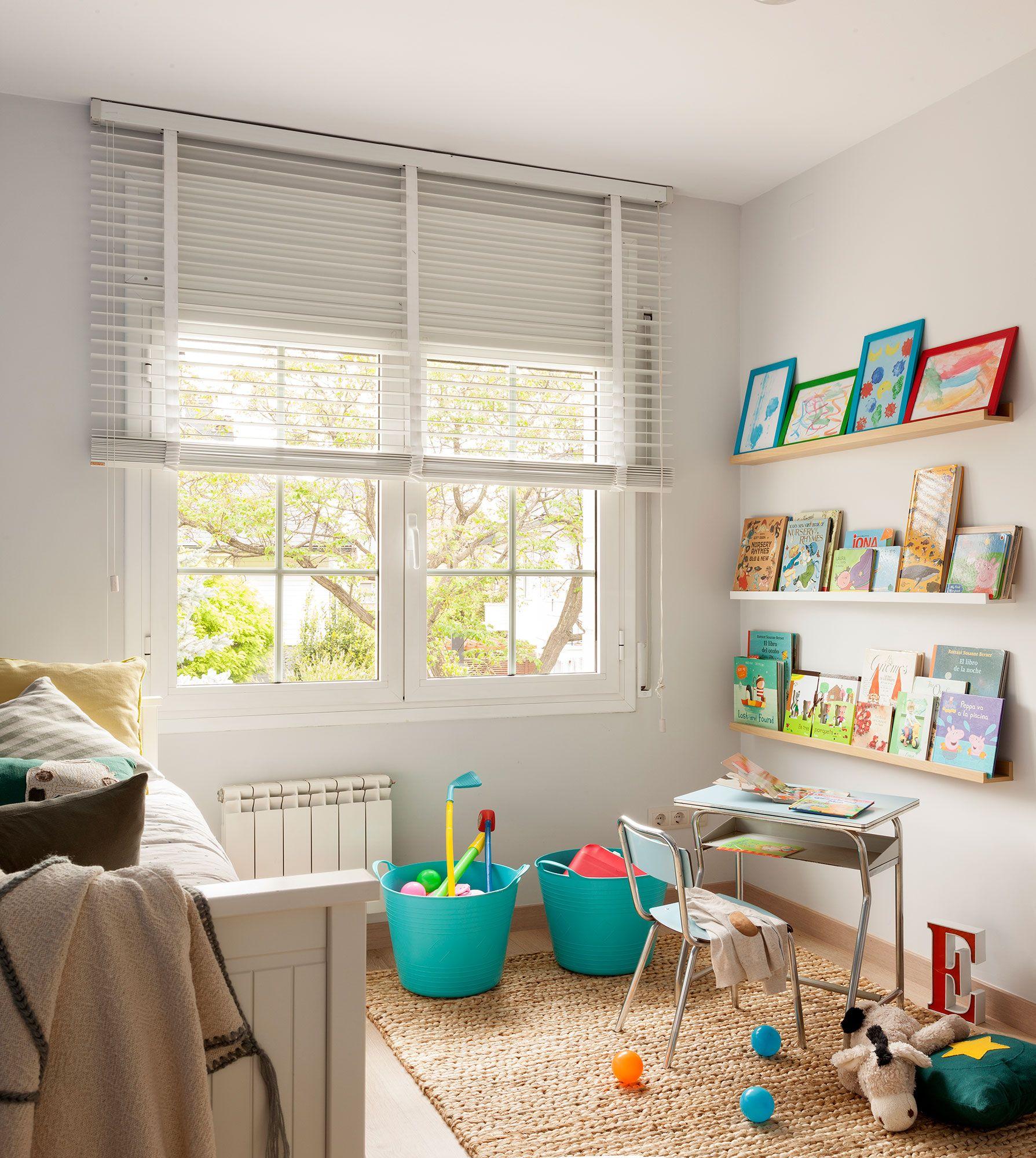 Dormitorio infantil con zona de juegos con estantes para libros ...