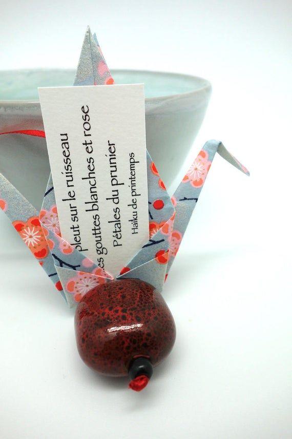 Photo of Décoration origami, grue porte-bonheur, oiseau messager chance et amour, papier japonais gris et oruge, perle en céramique, idée cadeau Noël
