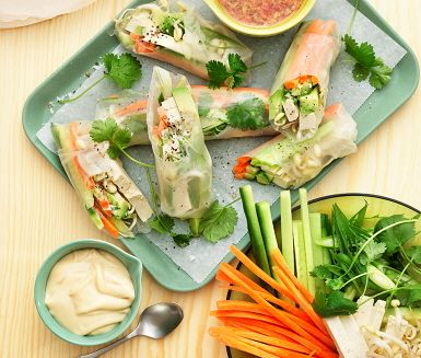 Fräscha asiatiska vårrullar som fylls med morötter, gurka, tofu och koriander. Innan rullarna viks ihop toppas grönsakerna med en sojamajonnäs som gör att vårrullen blir lite krämigare inuti. Servera med en dipp med smak av soja, chili och ingefära.