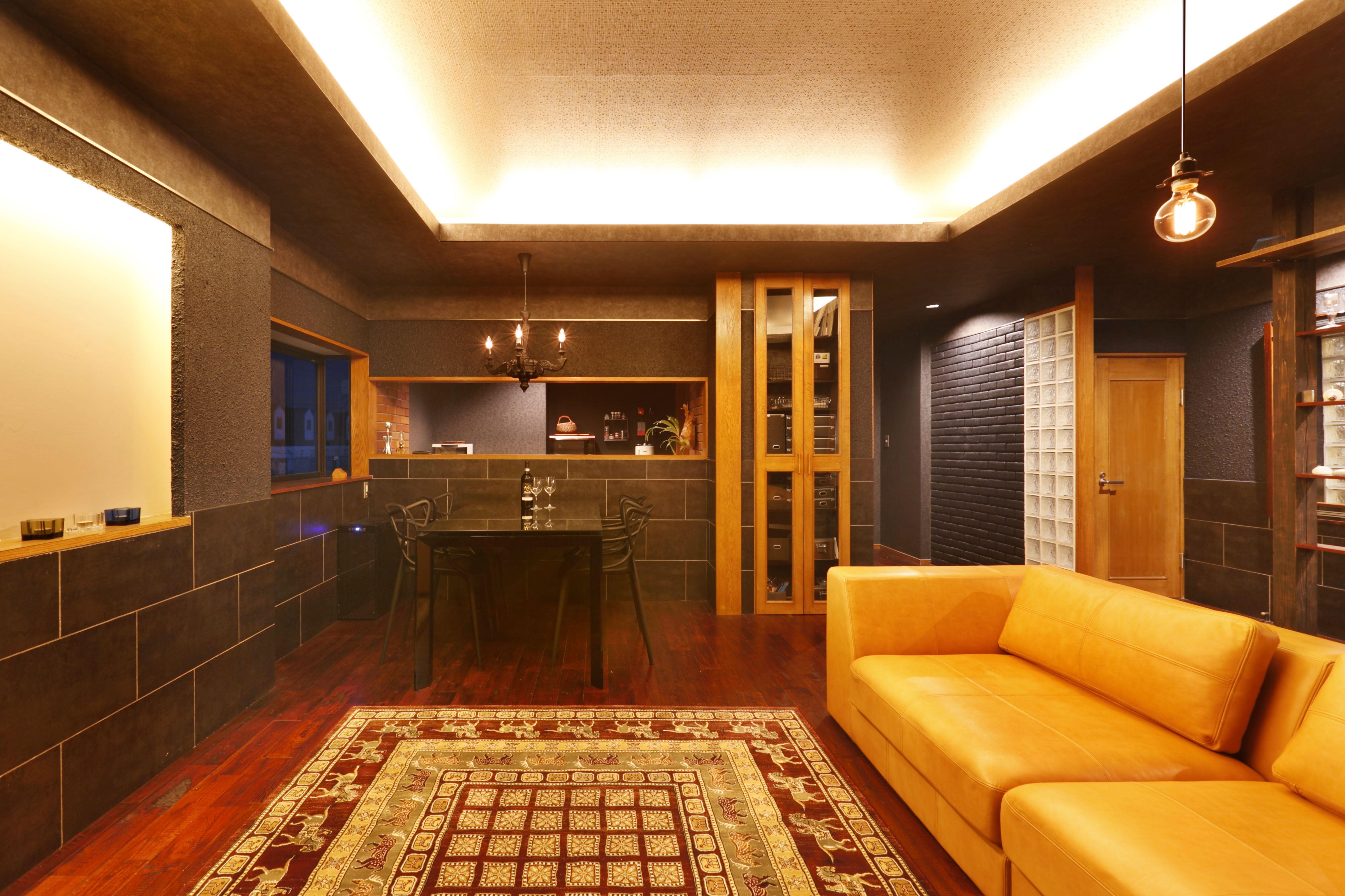黒い壁と天井のインテリアデザイン 間接照明と点光源の照明デザイン