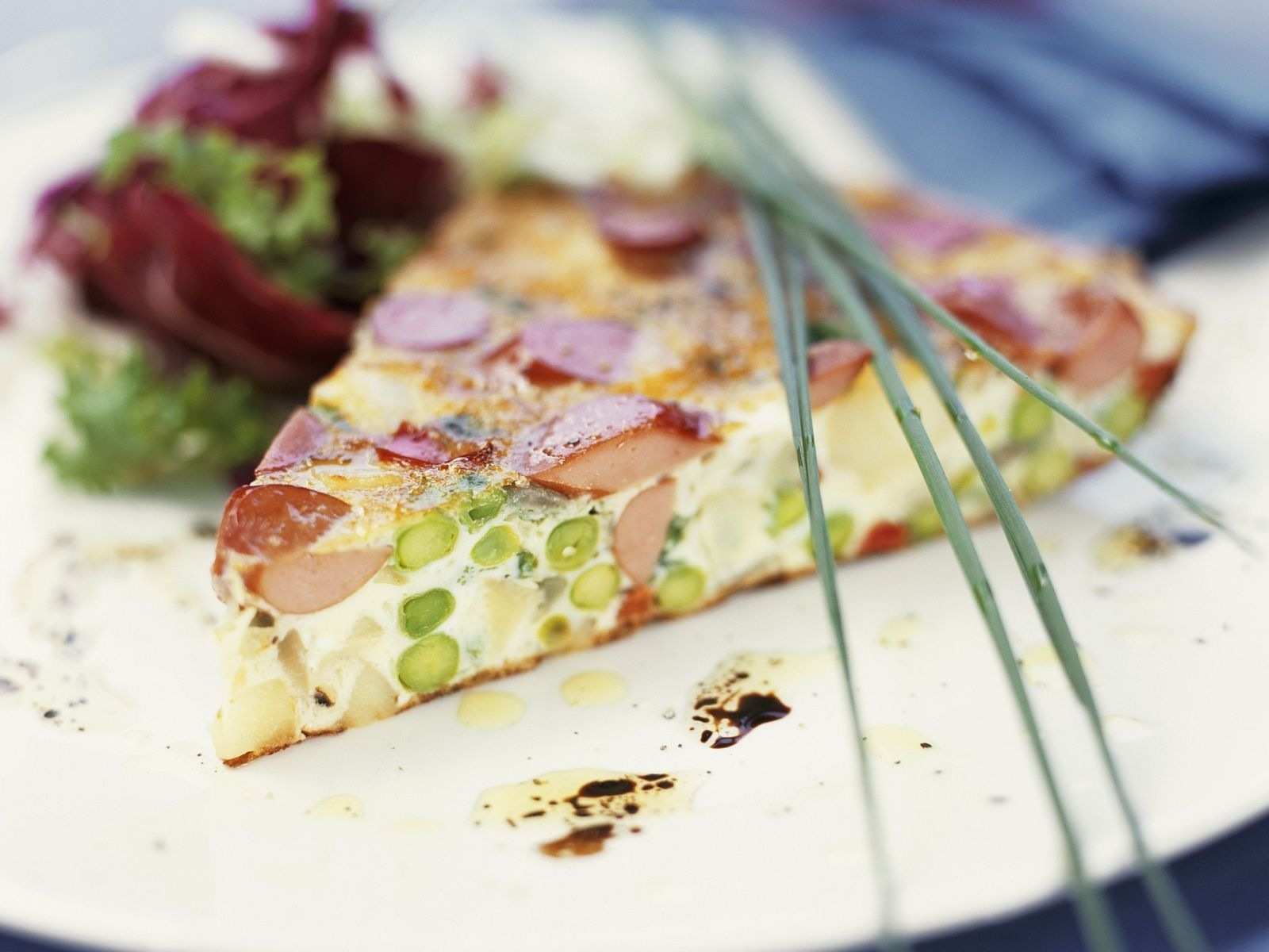 Würstchen-Spargel-Tarte mit Salat | Zeit: 1 Std. 15 Min. | http://eatsmarter.de/rezepte/wuerstchen-spargel-tarte-mit-salat