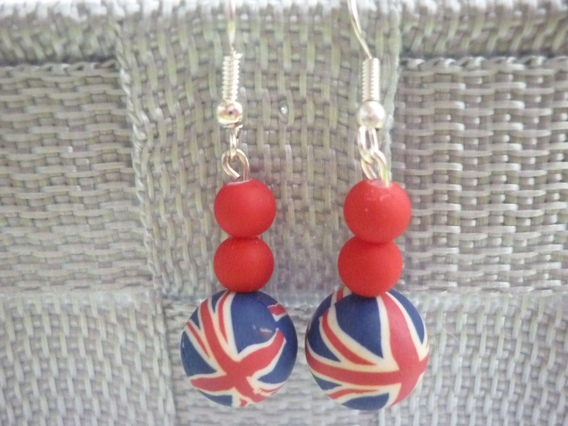 Boucles d'oreille en pâte polymèr thème London duo de perles rouges. : Boucles d'oreille par laboiteabijouxnanny