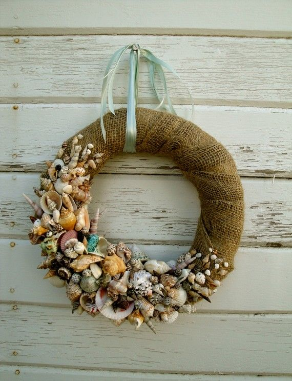 Corona de yute y conchas.