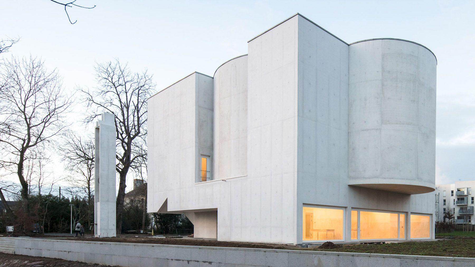 Alvaro Siza Designs A White Concrete Modernist Church Ignant Architecture Alvaro Siza Architecture House