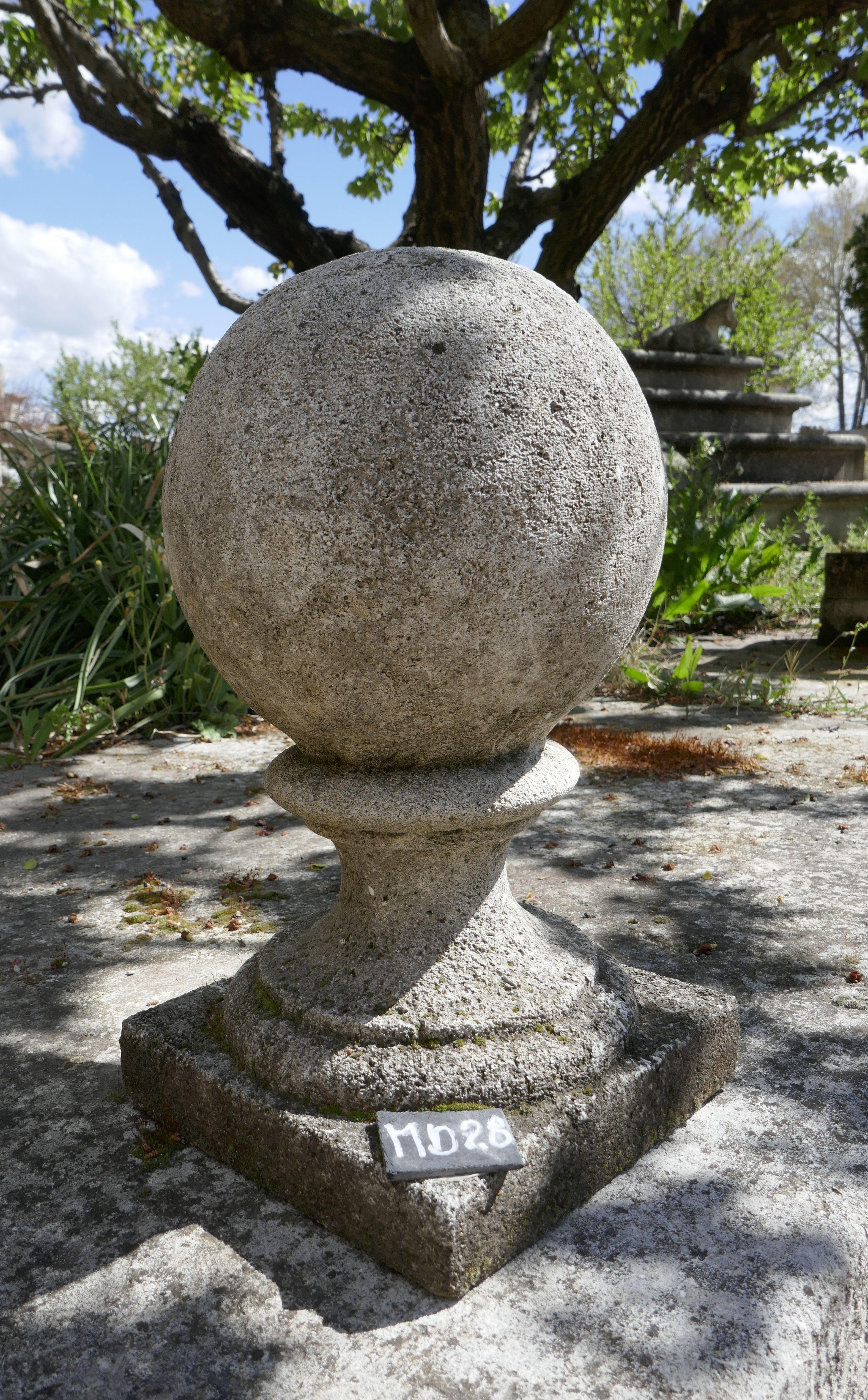 Cette élégante boule de 25 centimètre de diamètre qui repose sur un ...