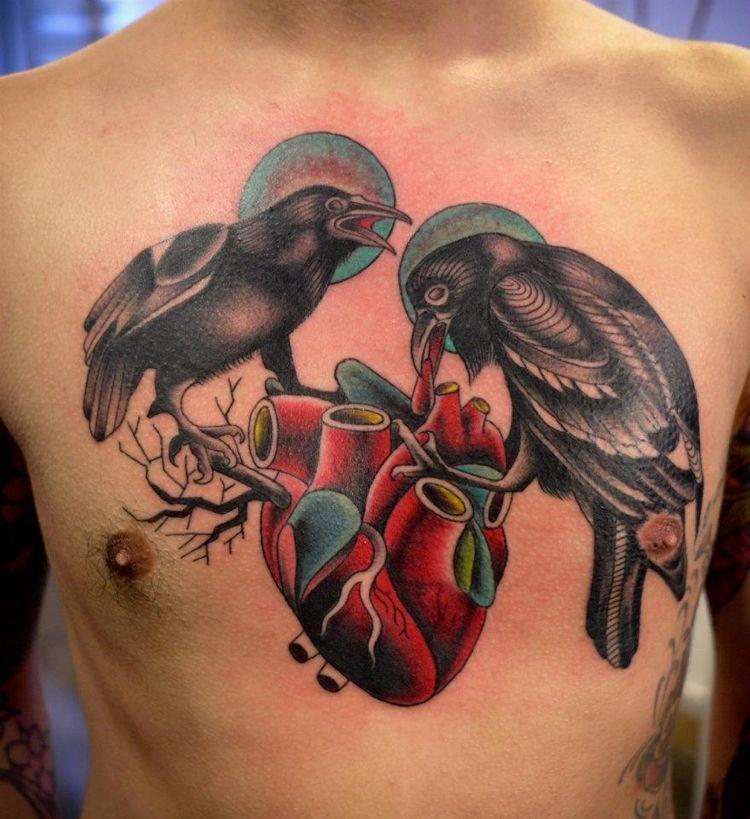 tatuajes en el pecho de cuervos negros y corazón Tattoo