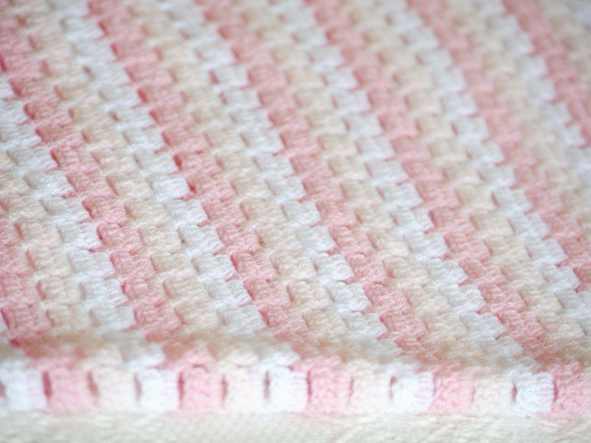 Manta tejida en crochet en tonos rosas y blanco ropa - Mantas de ganchillo faciles ...