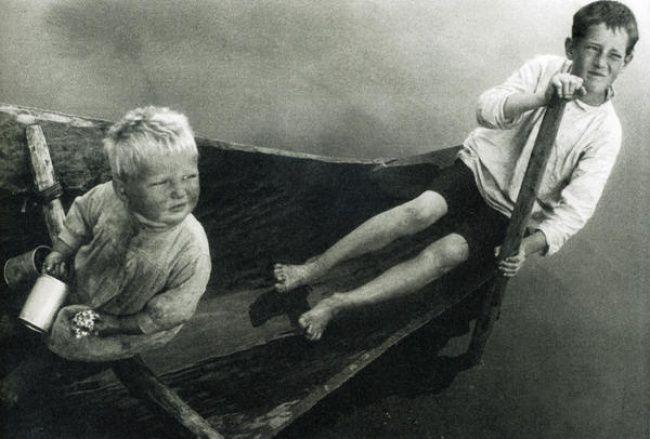 «За червями» (Мальчики в лодке). Карелия, 1933 (Александр Родченко)