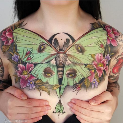 3-tatuagem-peito-busto-feminina-borboleta