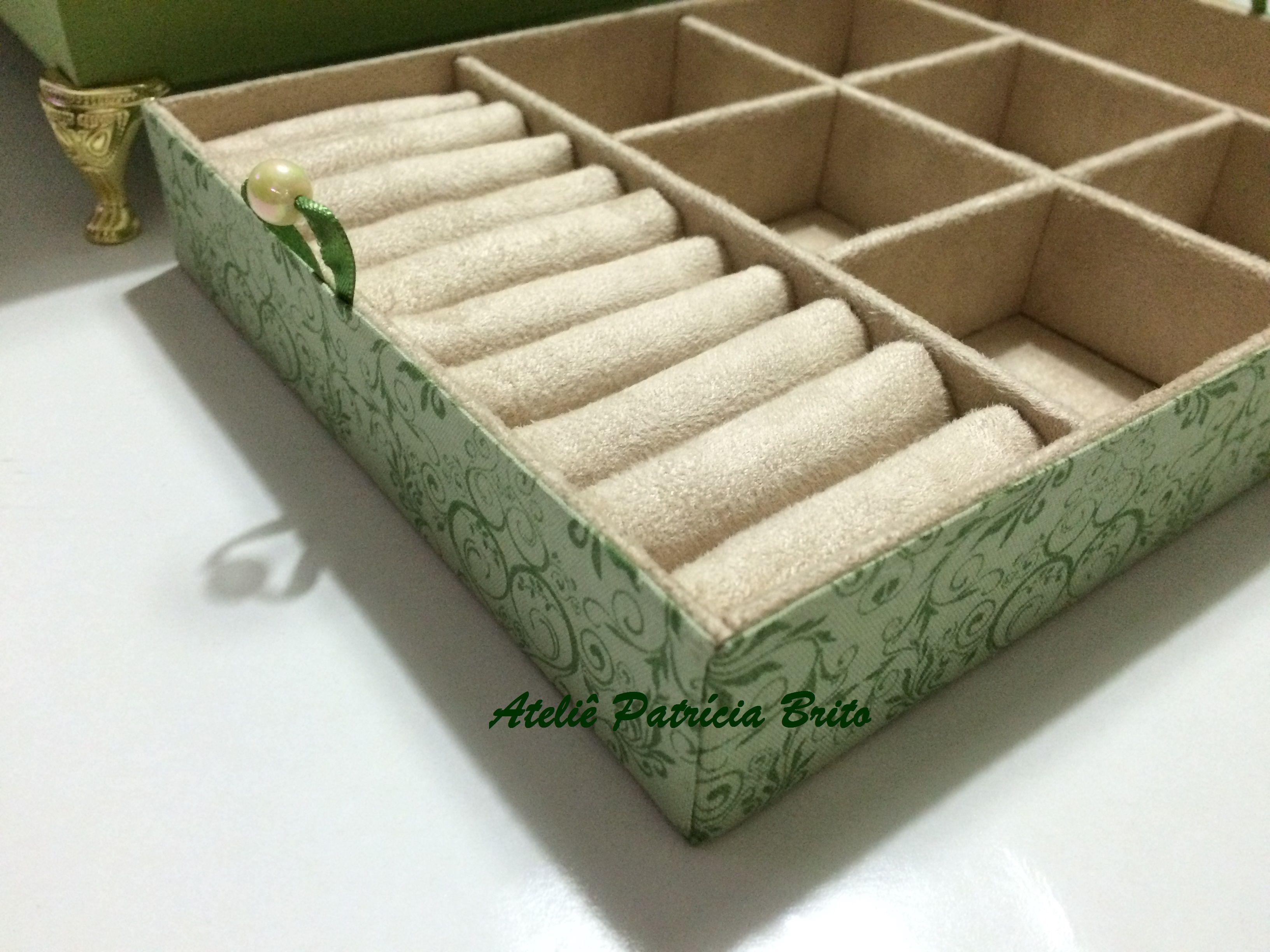 Caixa baú porta-joias com caixa interna e espelho acoplado na tampa com expositor de brinco retrátil - cartonagem com revestimento externo em tecido 100% algodão e interno em tecido suede.