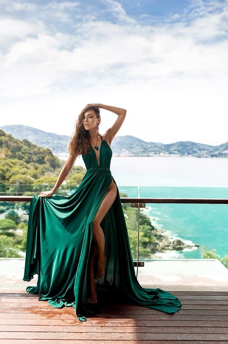 Emerald flowy dress  Photoshoot dress, Flowy dress long, Flowy dress