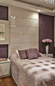 Mural de madeira até o teto na cabeceira da cama