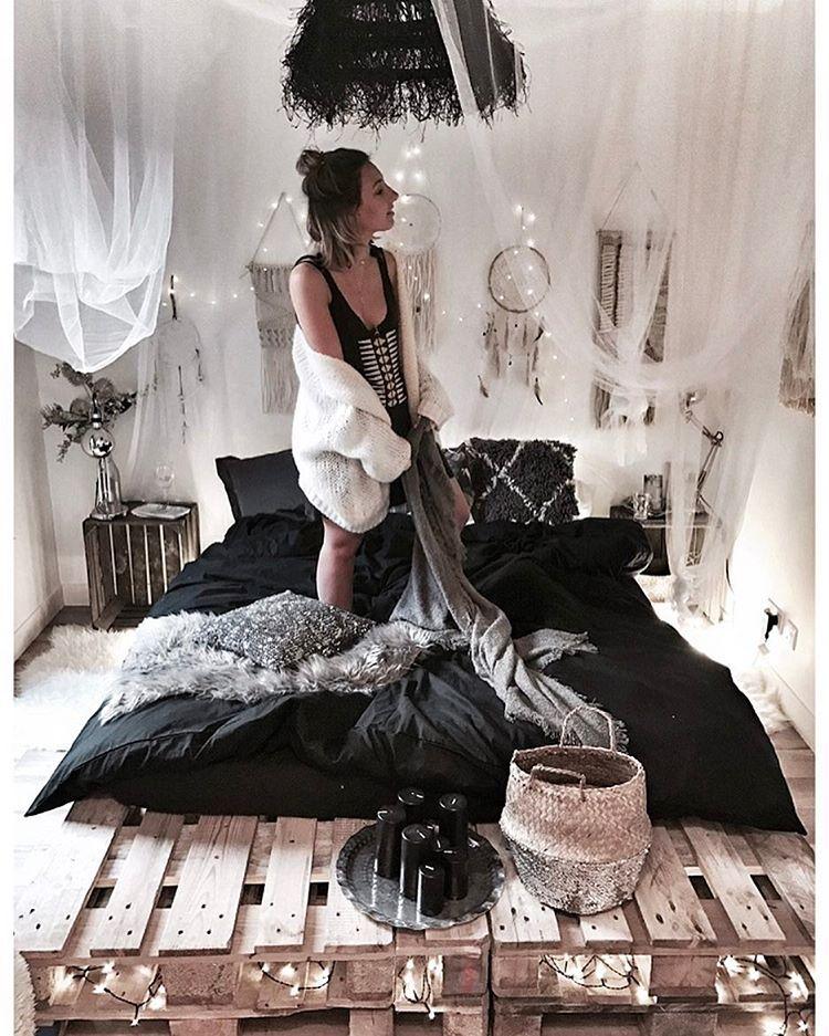 une chambre avec des murs blancs mais avec un sol en bois qui donne le c t chaleureux la. Black Bedroom Furniture Sets. Home Design Ideas