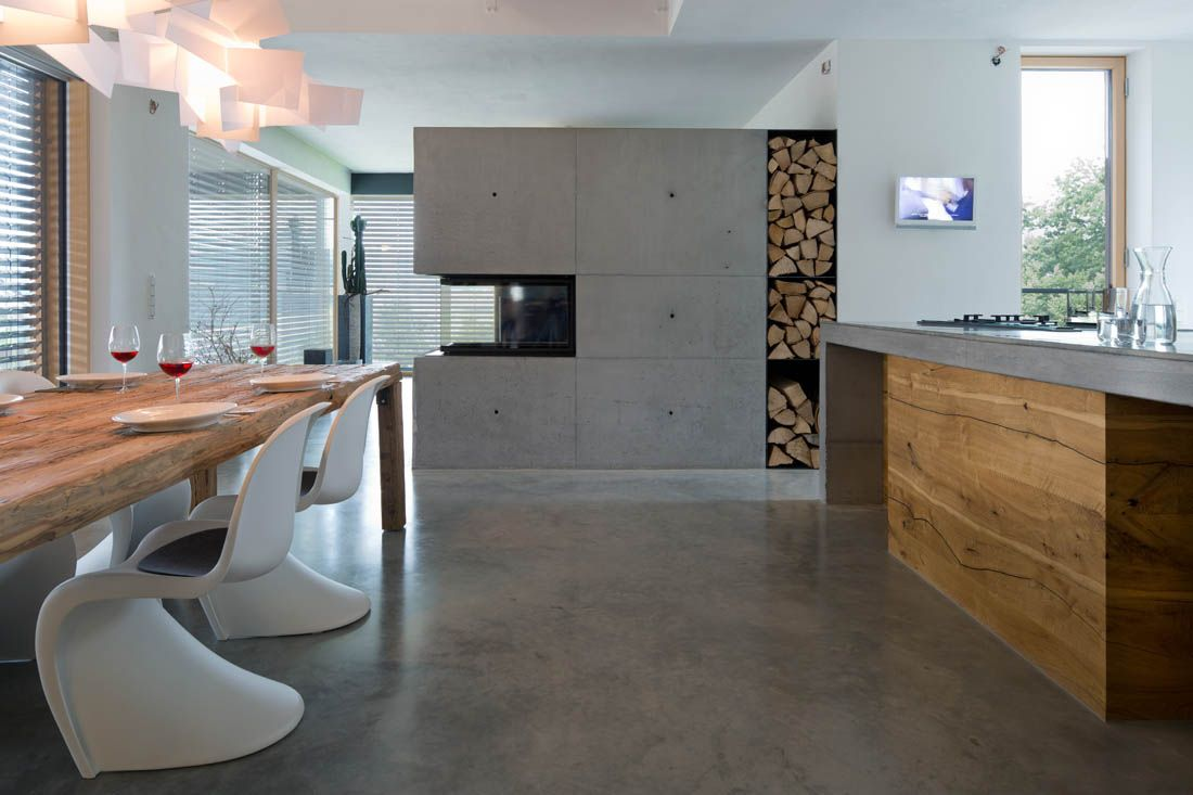 wohnbereich mit kamin, wohnhaus in stallwang | raumteiler kamin, Wohnzimmer dekoo