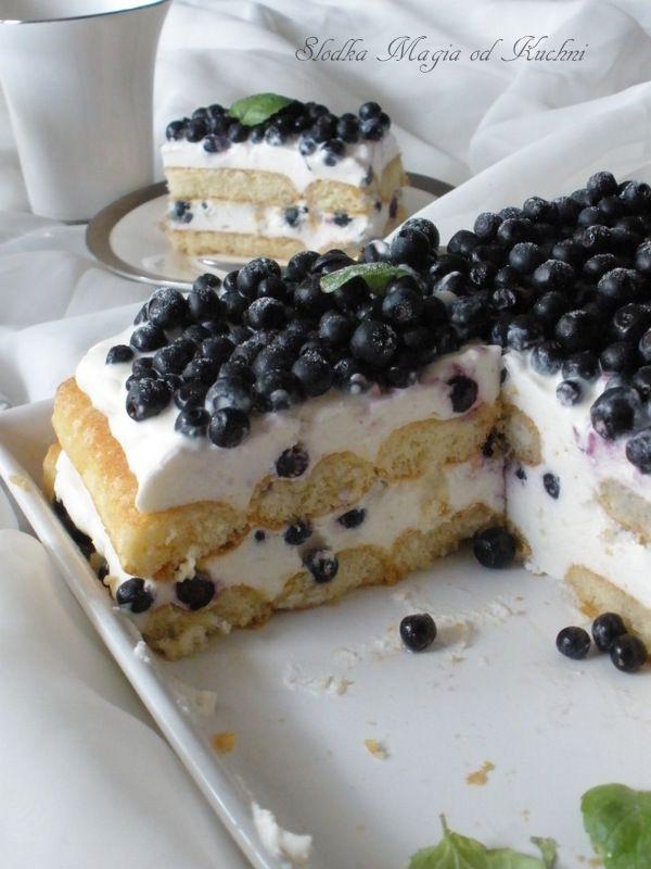 Biały deser z jagodami, rumem i mlekiem kokosowym