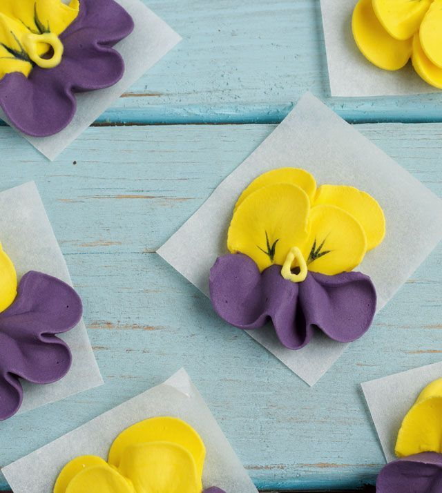 Do you like pansies? This tutorial & video will show you how to make royal icing pansies you can use to decorate your cakes, cupcakes, cookies and brownies.