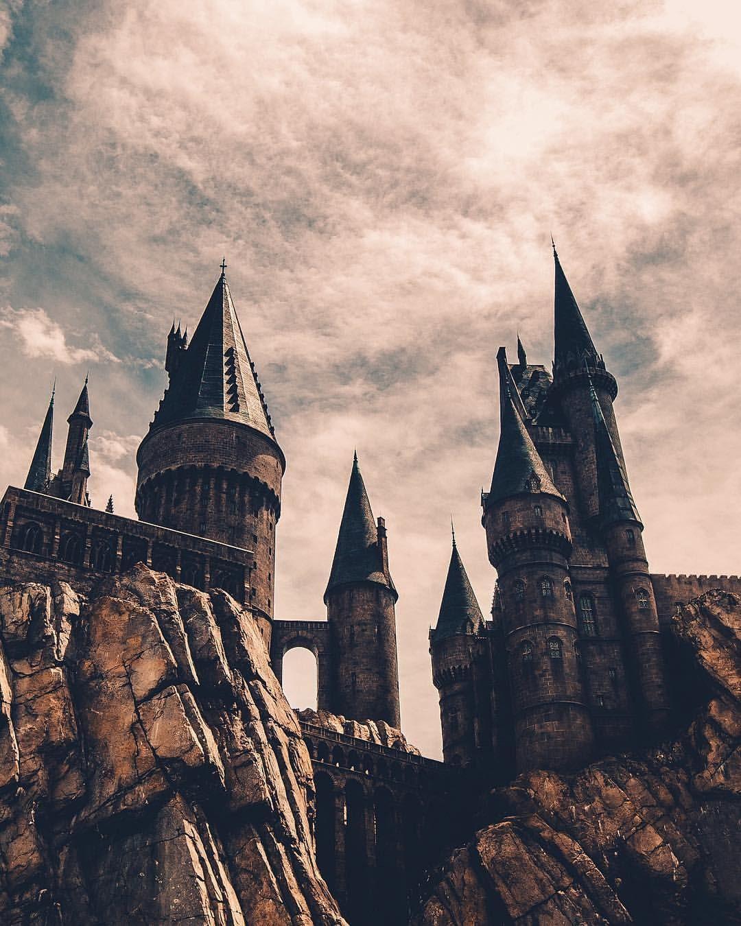 A Magic Castle Reaching To The Sky Magic Castle Hogwarts Aesthetic Harry Potter Castle