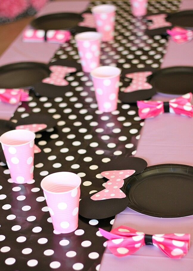 Black and white polka for fabric for table runner. Adding paper Minnie Mouse bows to black paper plates is such a great idea for a party! & Pin by Jeri Gesmundo Muel on Minnie Mouse - Pink u0026 Gold | Pinterest ...