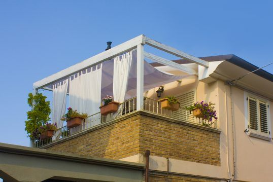 Balkon Idee – Balkon Pergola als Sonnenschutz & Blumenkästen