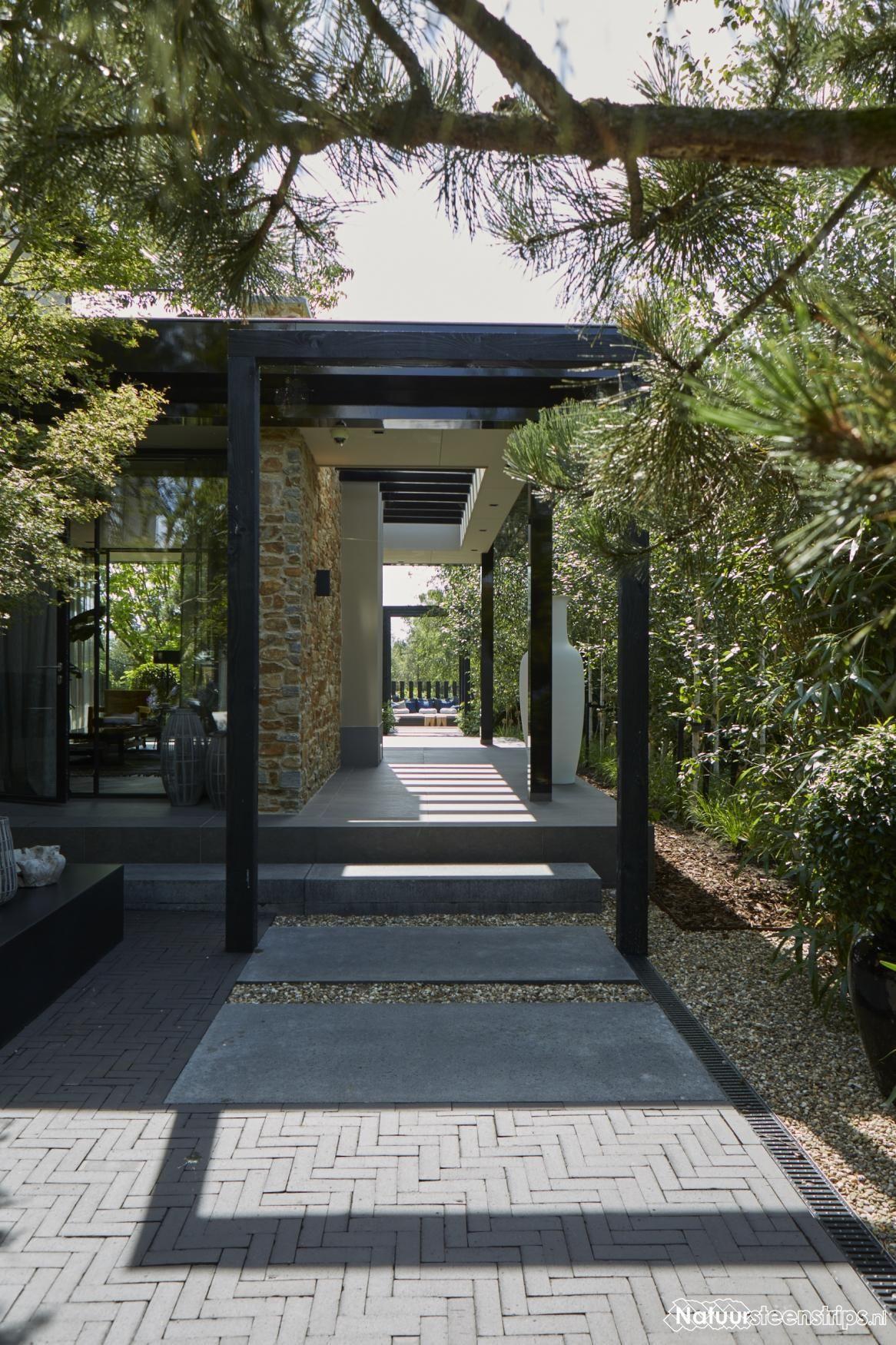 Villa met Natuurstenen Muren aan de plassen tuinmuren