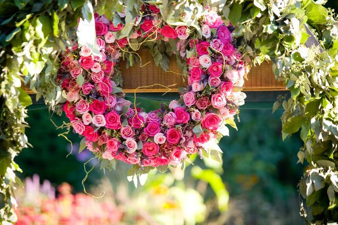 Wunderschöner Blumenkranz mit kleinen rosa Rosen.