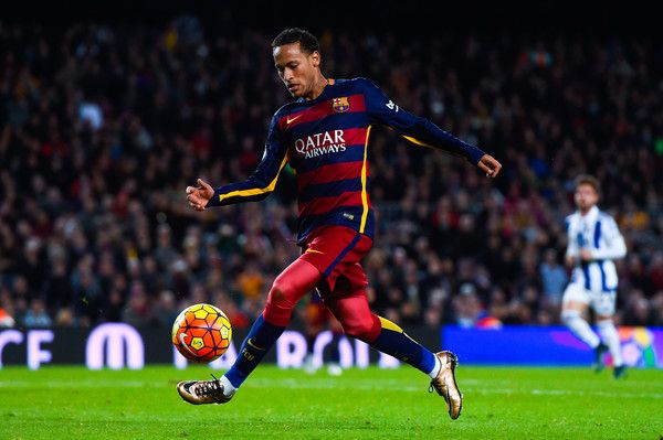 Neymar of FC Barcelona runs with the ball during the La Liga match between FC Barcelona and Real Sociedad de Futbol at Camp Nou on November 28, 2015 in Barcelona, Catalonia.