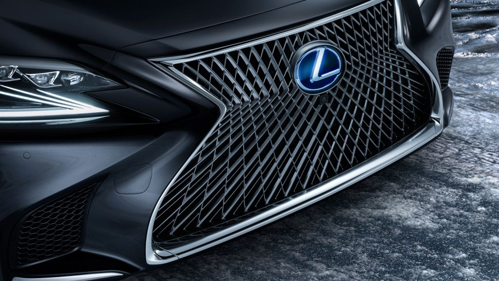 The grand front grille of the 2018 Lexus LS 500. Lexus