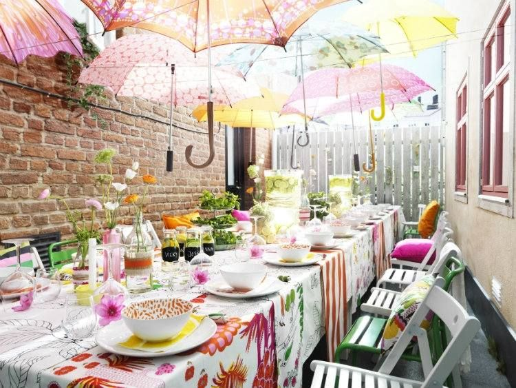 bunte regenschirme hängen über dem esstisch im hinterhof | deko, Best garten ideen