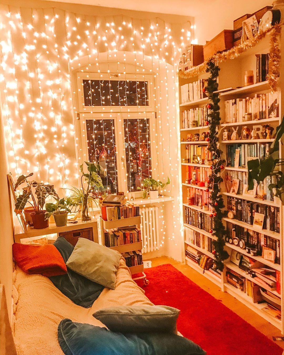 """Photo of Lara // 22 on Instagram: """"«Habt ihr Lichterketten in eurem Zimmer?😍✨» • «🇬🇧Do you decorate your rooms with fairy lights?😍✨» • • Ich liebe Lichterketten und gerade…"""""""