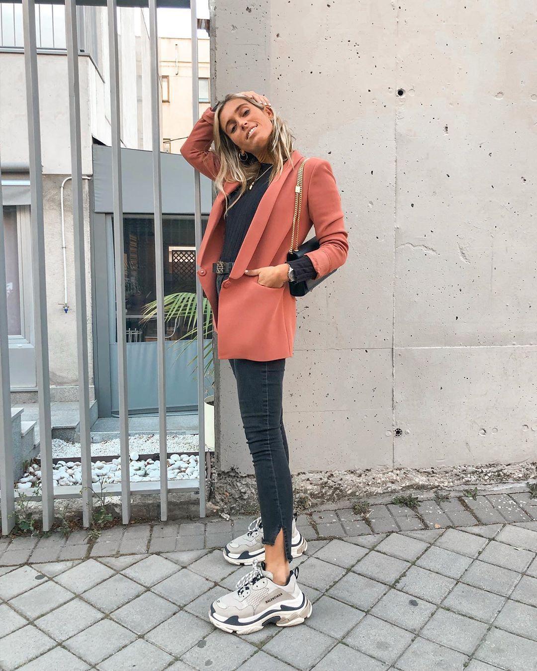Girlboss outfit - peach blazer - black