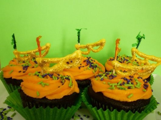 Mardis Gras Cupcakes ~ Cute...and it tells you how to make the masks!