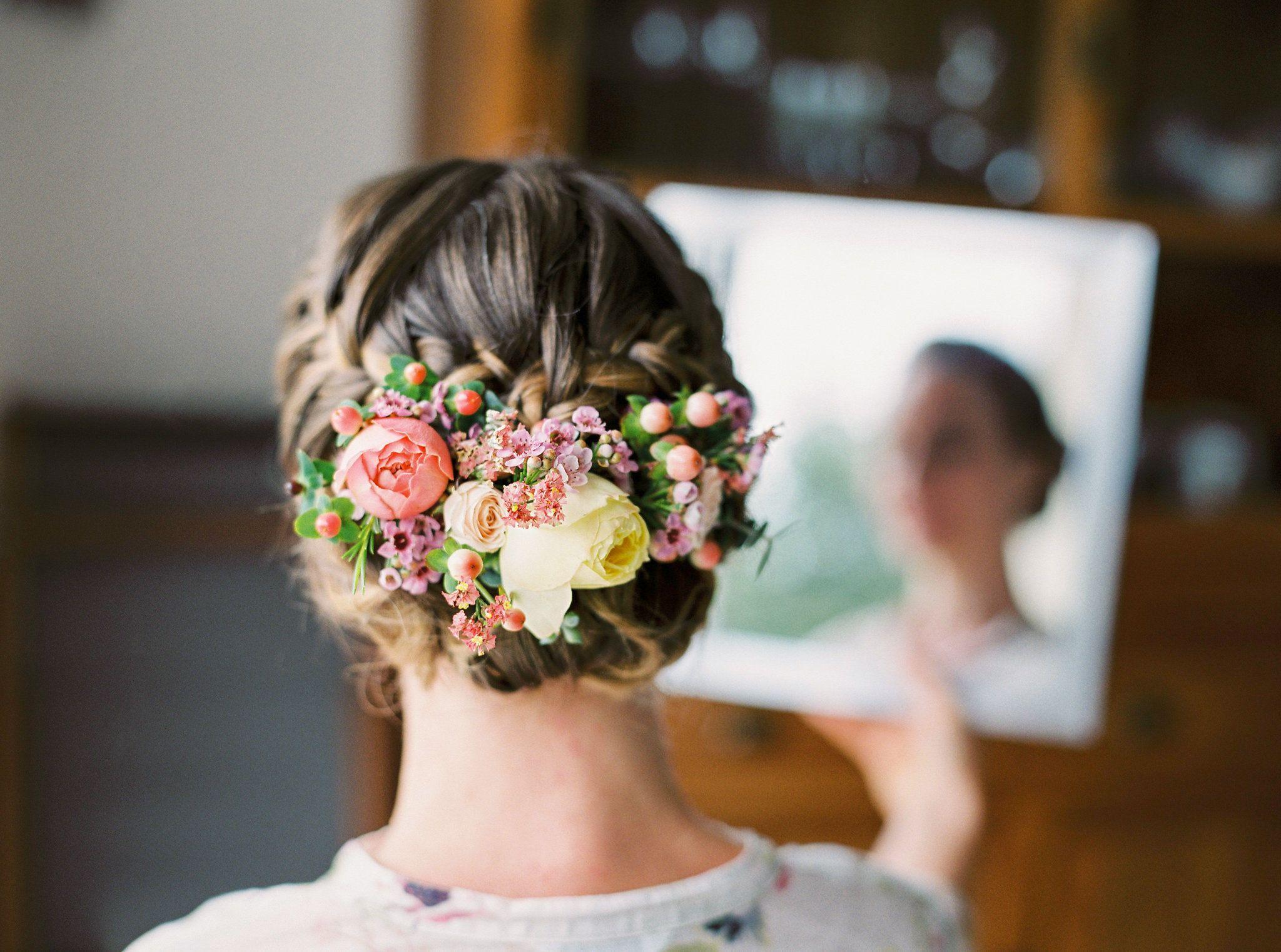 Chignon Bas Mariage Avec Fleurs Credit Photo Ossaphoto Chignon Bas Mariage Coiffure Mariage Chignon