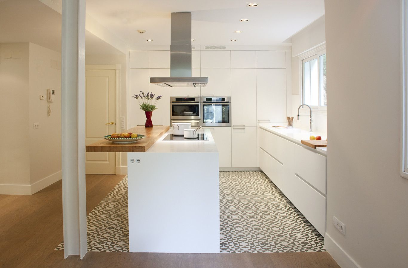 Una buena idea separar ambientes en la cocina con baldosa - Cocinas santos valencia ...
