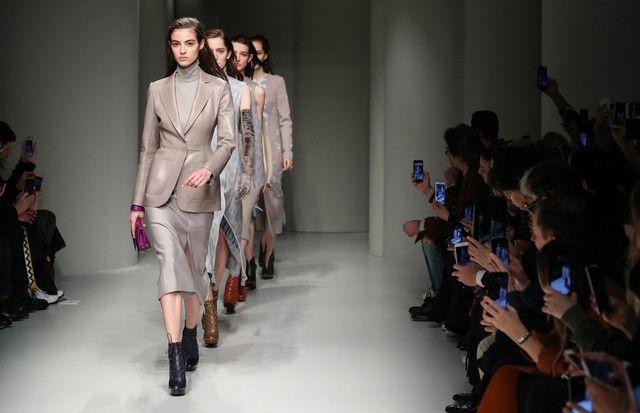 Salvatore Ferragamo moderniza o look ladylike no inverno 2018 - Vogue | Desfiles