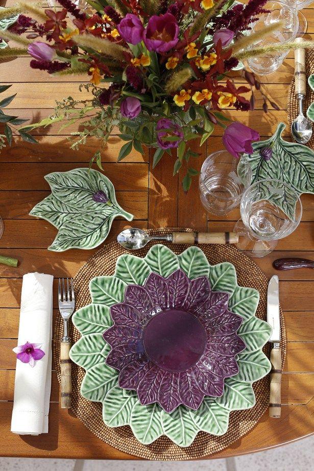 Louça verde e roxa da coleção Folha de Limão da Tania Bulhões que amamos e usamos em nossa mesa para um almoço com clima leve e aconchegante! Aqui: prato raso, prato de sobremesa e prato de pão!