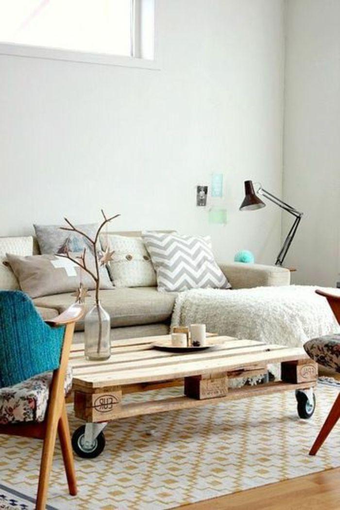table de salon en palette sofa et chaises e lampe sur pied