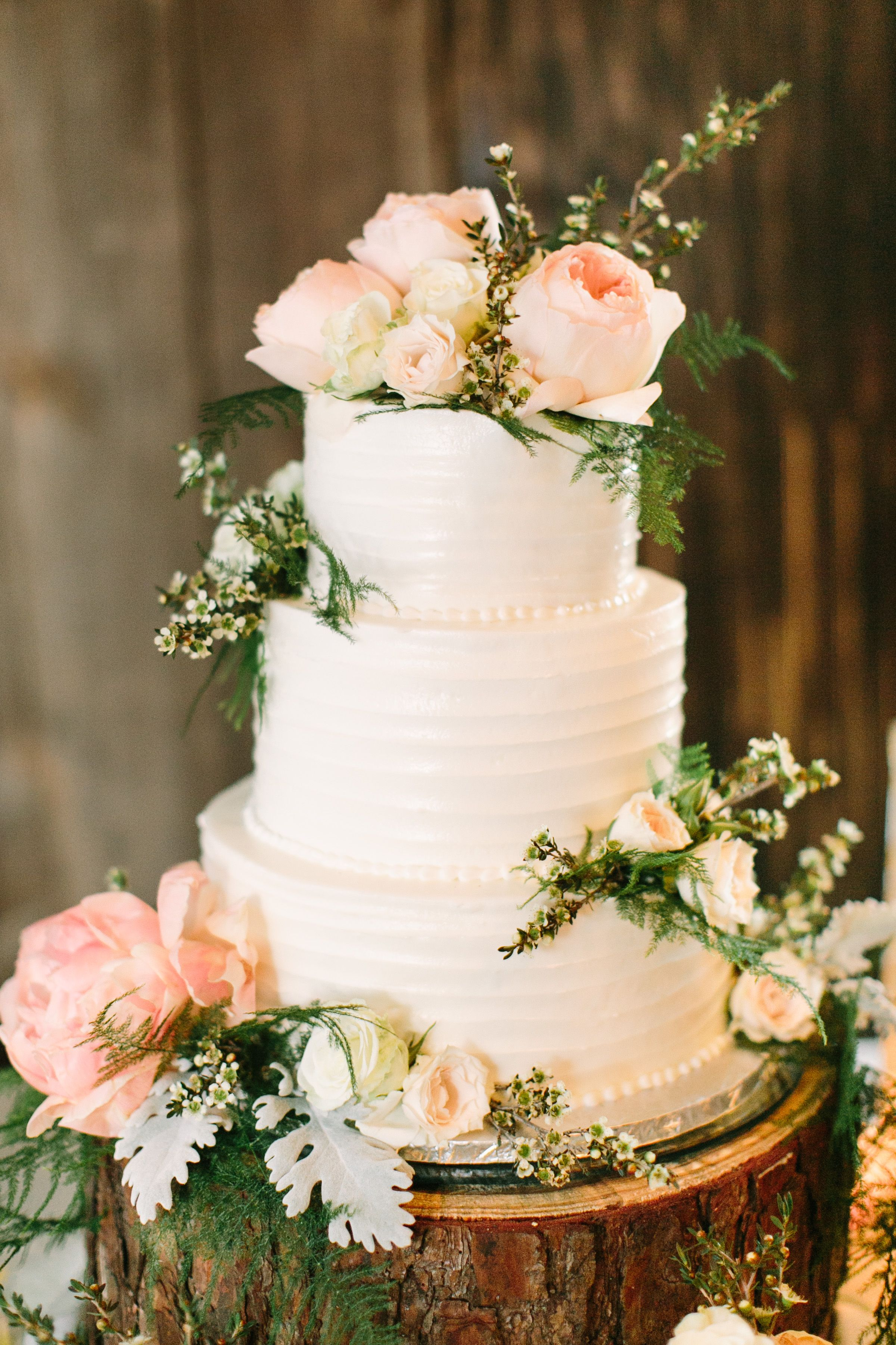 Real or fake flowers on cake Wedding cakes with flowers