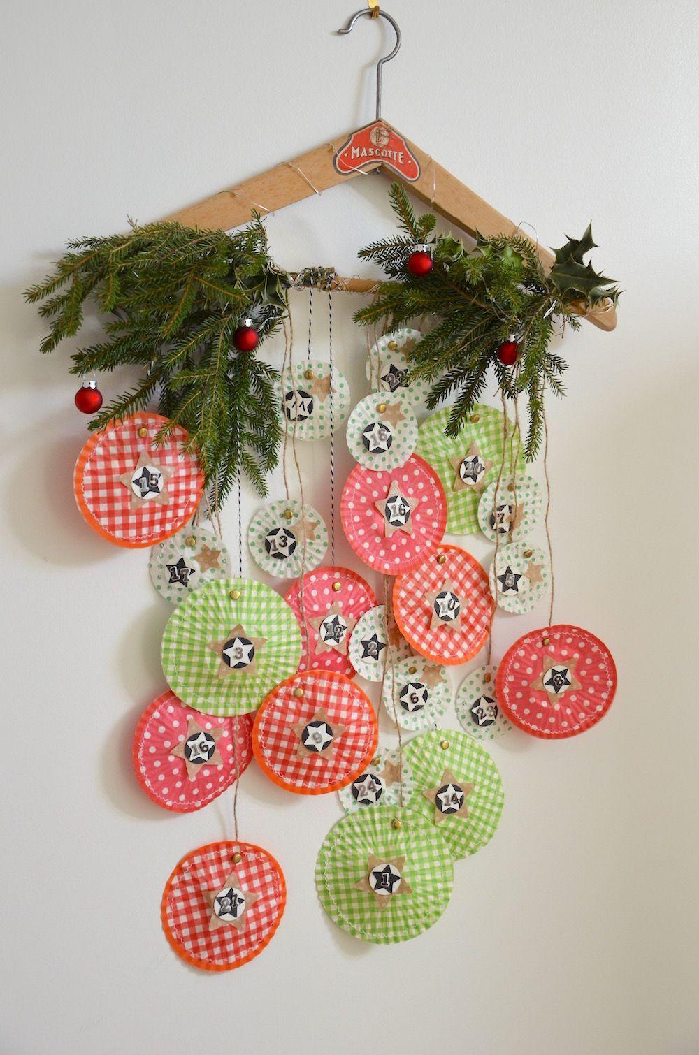 Un calendrier de l'Avent {DiY} réalisé avec de simples caissettes à cupcakes !! #calendrierdel#39;aventdiy Voilà une chouette idée créative pour réaliser un joli calendrier de l'avent rempli de jolies surprises qui rythmeront le compte à rebours jusqu'à Noël !! #calendrierdel#39;aventdiy
