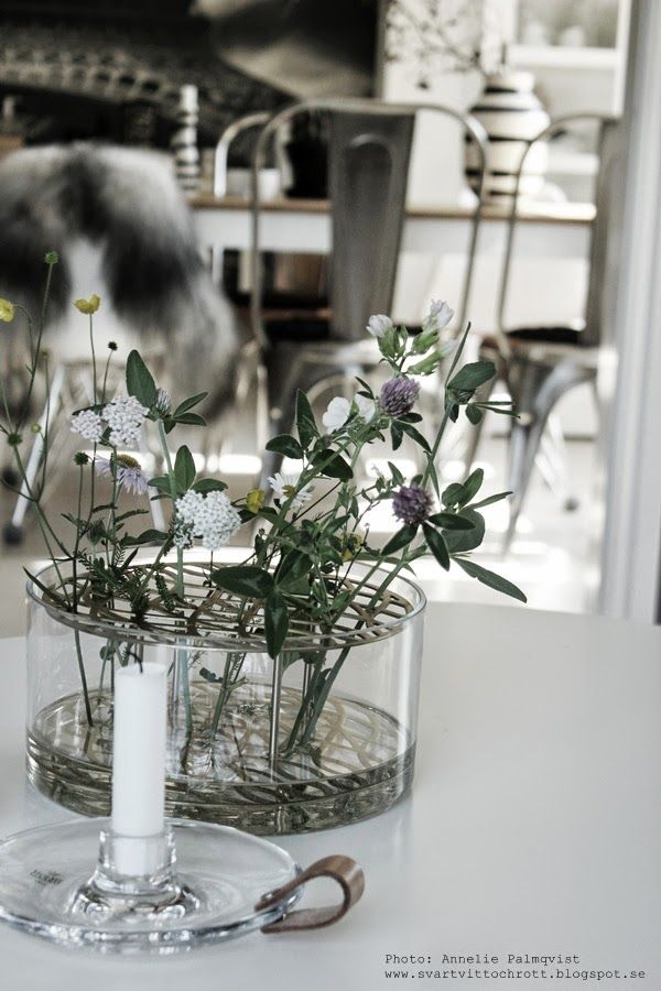 vas med blomsterstöd