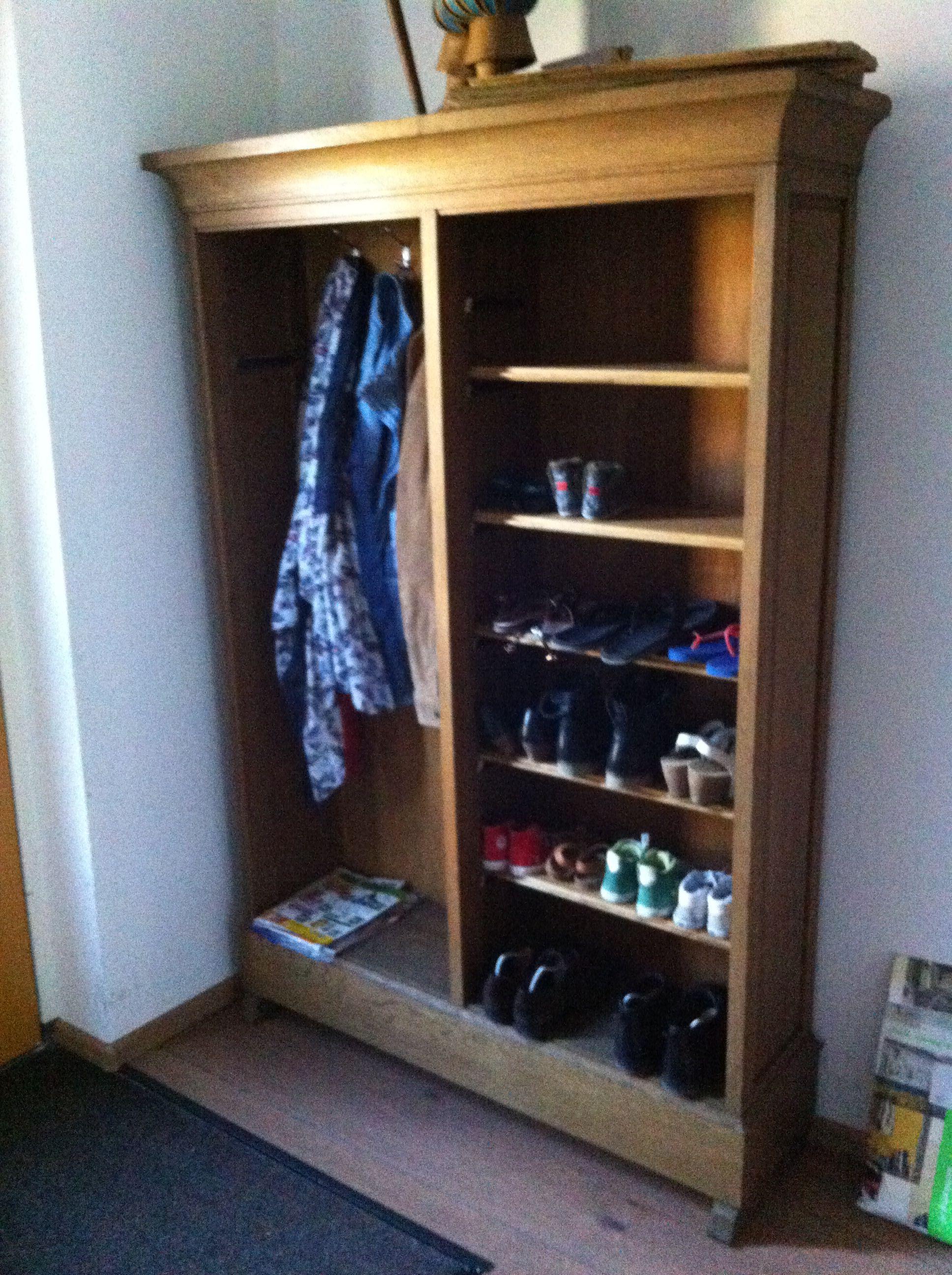 kapstok en schoenenkast gemaakt van een oude boekenkast