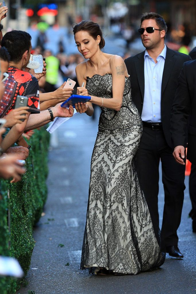 Brad And Angelina Make Their First Official Appearance As A Married Couple Angelina Jolie Red Carpet Celebrities Brad And Angelina