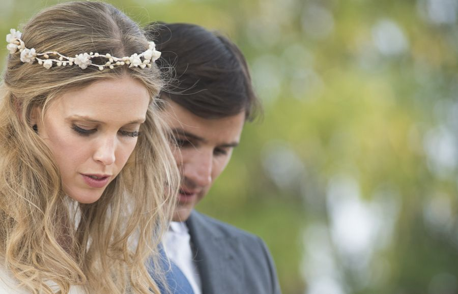 Novia con corona de flores de porcelana blaca