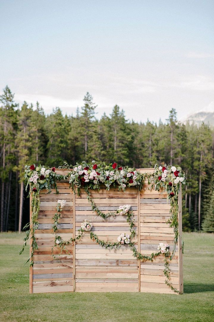 Wooden Pallet Wedding Ceremony Backdrop #weddingdecor #palletbackdrop #weddingbackdrop #weddingreceptiondecor #weddingceremonydecor