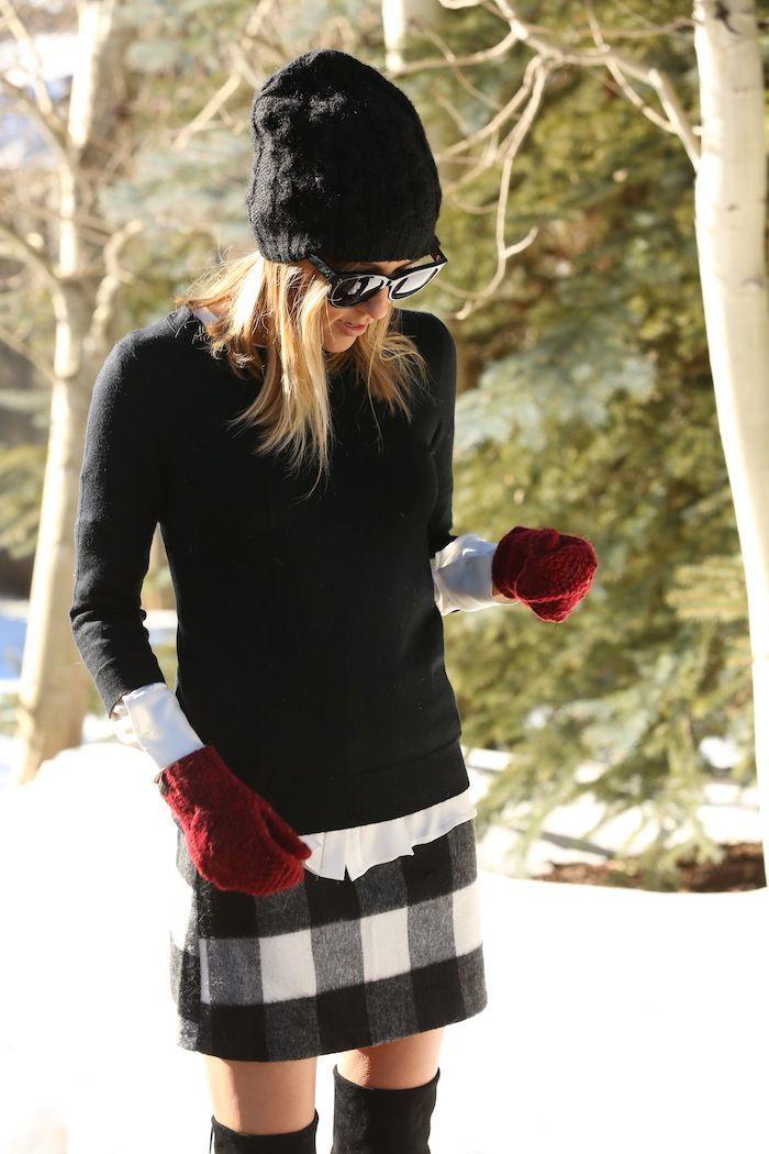 jersey con cuello circular negro, camisa de vestir blanca, minifalda de lana a cuadros en blanco y negro, botas sobre la rodilla de ante negro para mujer