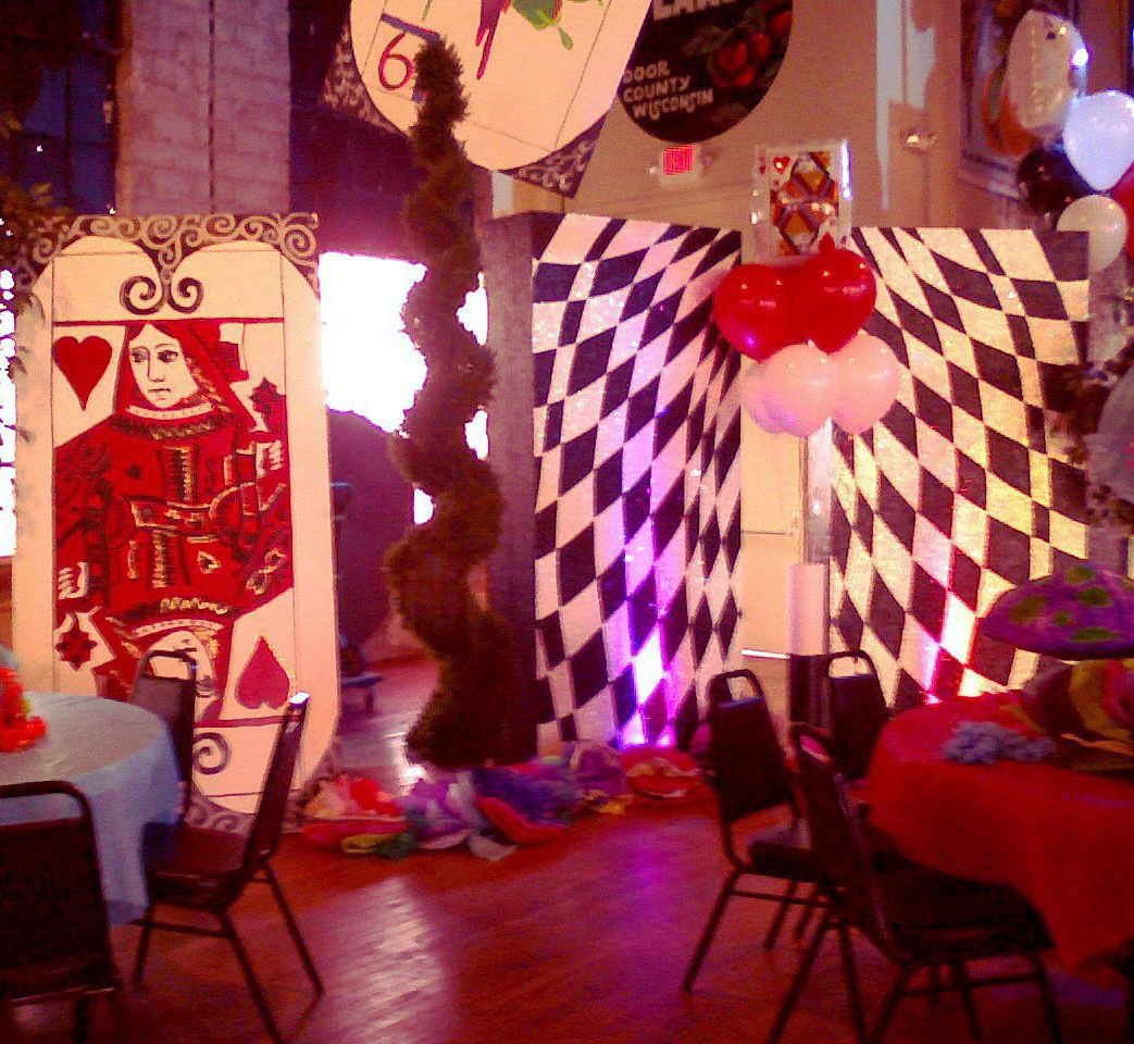 Alice In Wonderland Decoration Alice In Wonderland Themed Party Red Queen Party Pinterest
