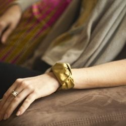 DIY this beautiful gold leather knot bracelet with simple leather scraps.