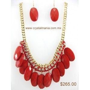 Set de collar y aretes en base dorada con detalles en tono rojo estilo 30227