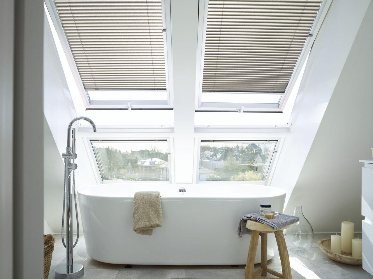 Einfach Mal Ungestort Ein Bad Einlassen Und Entspannen Badezimmer Dachschrage Badezimmer Renovierungen Dachfenster